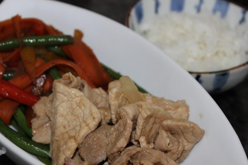 Thit kho - Porc au caramel, légumes sautés et riz japonais