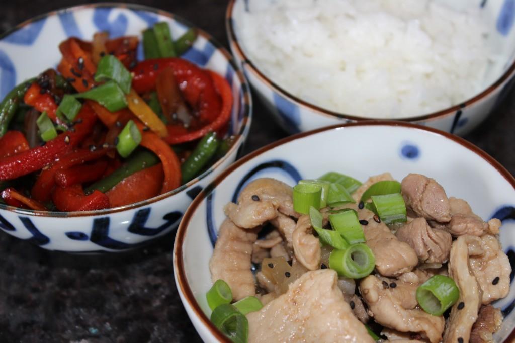 Porc au caramel, légumes sautés et riz japonais