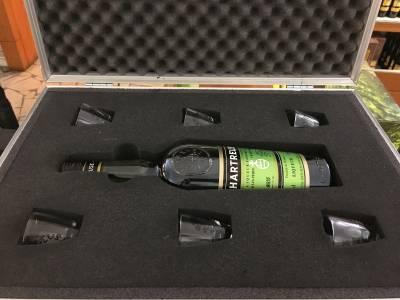 La boutique propose des accessoires uniques comme cette valise avec son kit de secours (Bouteille et 6 verres)